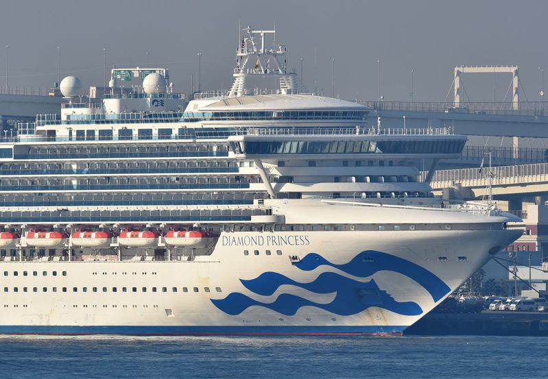 「鑽石公主號」郵輪目前停靠日本橫濱,日本政府決定讓船上的高齡者及患有疾病等人士提早下船。目前船上有兩名超過80歲的台灣旅客符合提早下船標準。法新社
