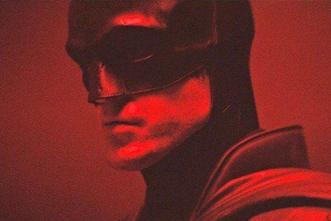 歐美影壇永遠不退燒的經典之一,當屬DC漫畫改編的「蝙蝠俠」。自從「暮光之城」男主角羅伯帕汀森宣告成為最新一代黑暗騎士後,粉絲都好奇他的造型比起米高基頓、方基墨等前輩究竟如何?導演麥特李維終於分享了短...