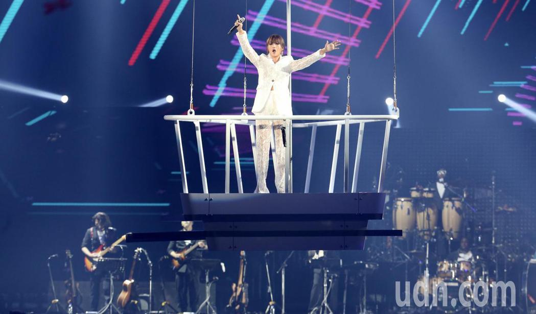 A-Lin「旅˙課」小巨蛋演唱會,站在空中吊架上出場,氣勢震撼,全場沸騰。記者林...