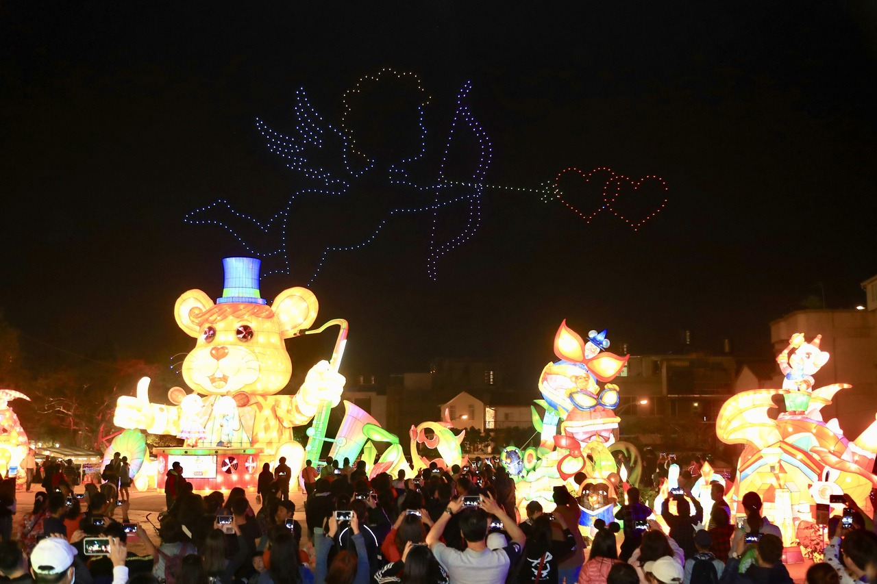 台灣燈會無人機排出「情人節限定」圖樣 民眾驚嘆好美