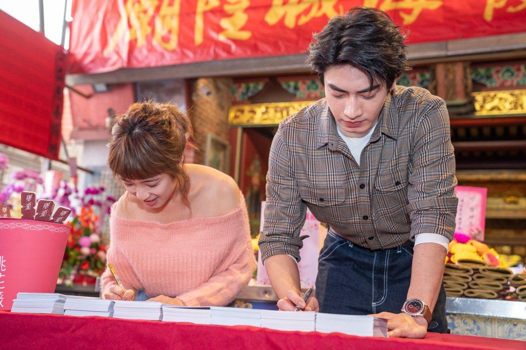 梁舒涵(左)、宋柏緯手寫愛的告白信。圖/TVBS提供