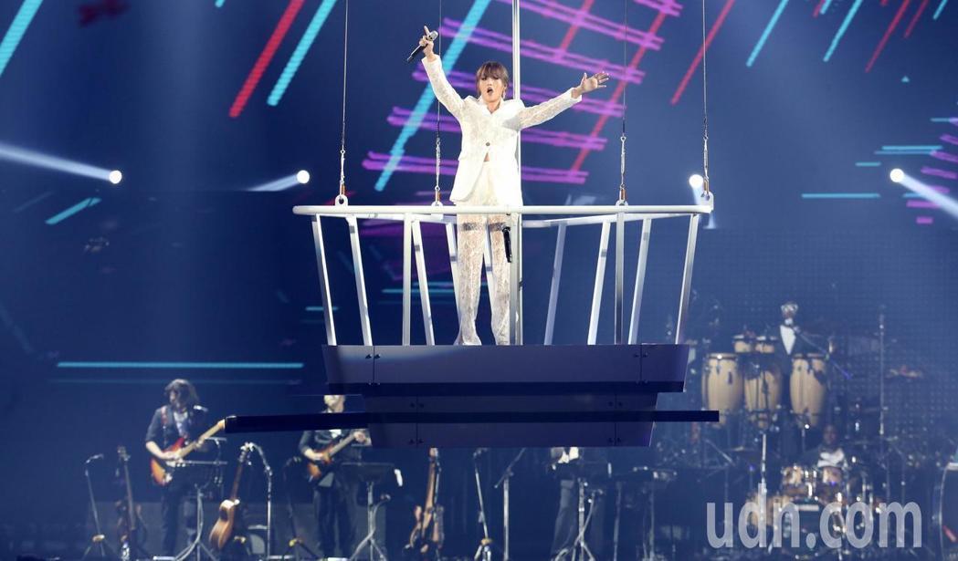 A-Lin「旅˙課」小巨蛋演唱會,站在空中吊架上出場,氣勢震撼,全場沸騰。記者林