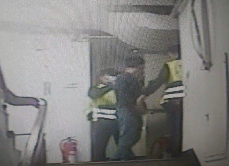 警方據報後趕抵現場,楊才低頭現身,他坦承偷拍,女學生則出面指控對方偷拍,最後被依妨害秘密罪嫌送辦。圖/讀者提供