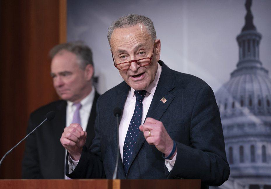 美國參議院13日表決通過伊朗戰爭權力決議案,限制總統川普對伊朗動武。圖為參院少數黨領袖舒默(右)舉行記者會。(美聯社)