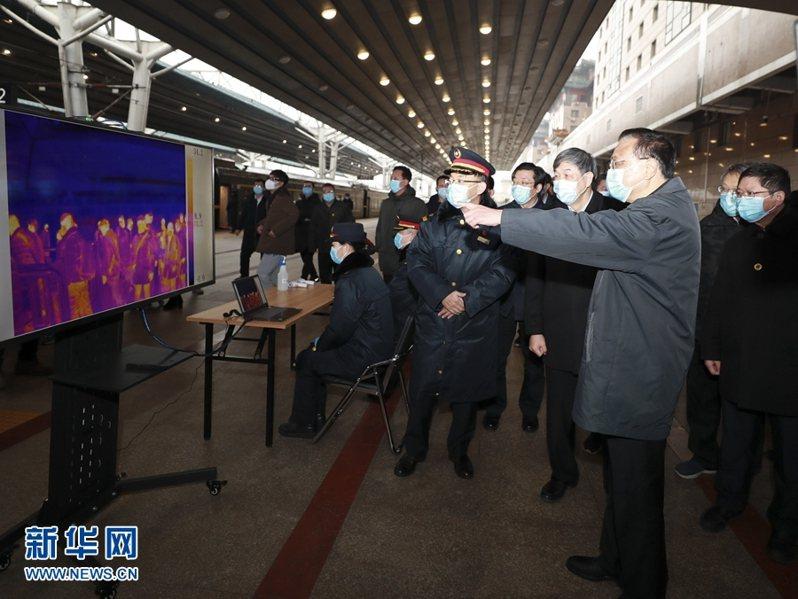 圖為大陸國務院總理李克強14日前往北京西站,視察北京西站因應返京人潮的防控工作。(新華網)