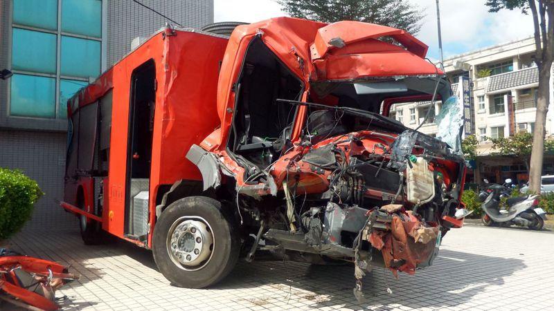 高雄市鳳祥消防分隊撞毀的消防車,後車廂沒安全帶。記者林保光/攝影