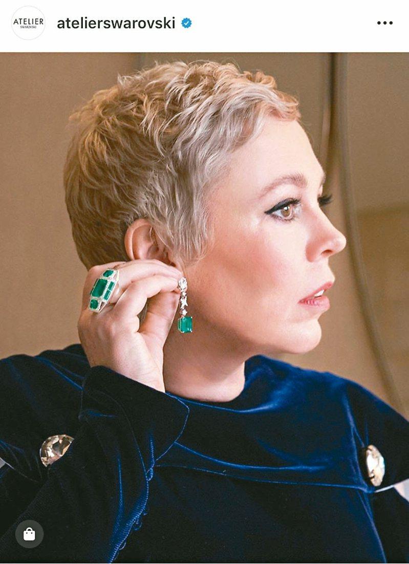 今年擔任頒獎人的《真寵》影后奧莉薇雅柯爾曼配戴的施華洛世奇人造寶石珠寶。 圖/摘自IG @atelierswarovski
