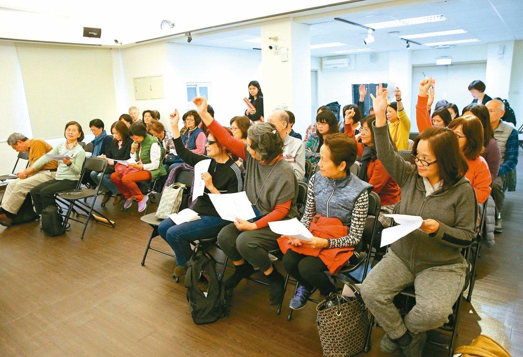 「橘世代說電影課」的學員踴躍舉手答題。 記者林澔一╱攝影