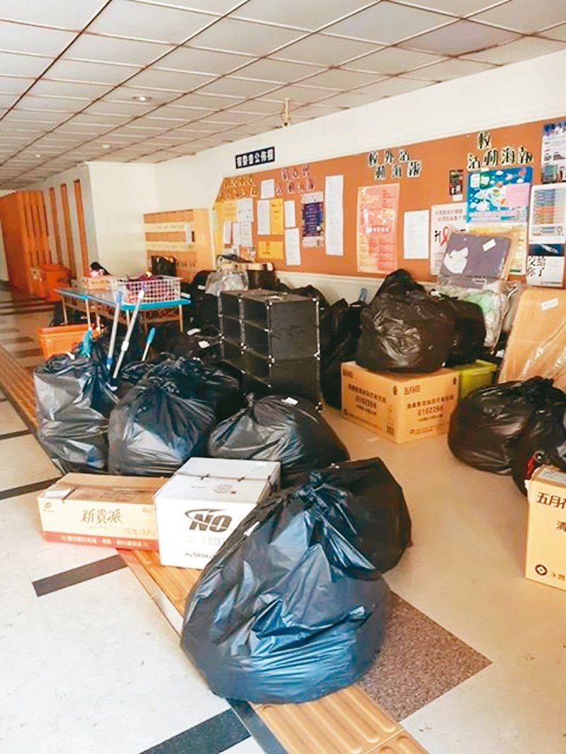 高雄樹德科技大學徵用防疫宿舍,學校人員未經同意將學生物品打包後集中堆置大廳,學生認為不受尊重。 圖/樹德科大學生提供