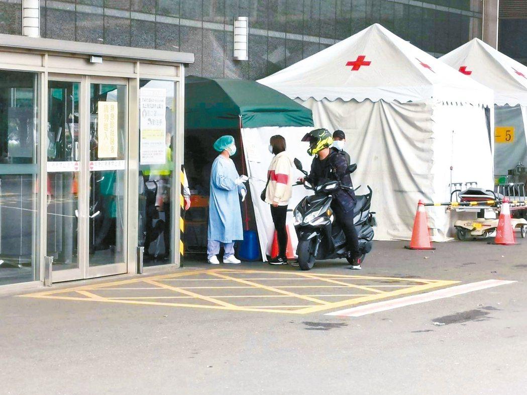 受新冠肺炎疫情影響,近期到嘉基、聖馬等大型醫院急診就診人數明顯減少。 記者卜敏正...