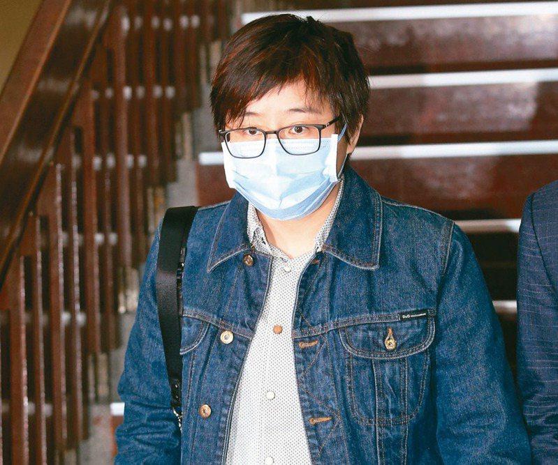「卡神」楊蕙如被控操控網軍、被起訴涉侮辱公署後神隱,直到昨天首度現身台北地院開庭,引來大批媒體關注。 記者曾吉松/攝影