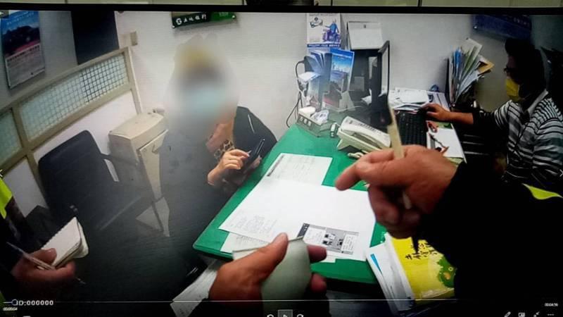 金門金城分局昨攔阻一起網路詐騙,讓被愛情沖昏頭的6旬婦人保住多年積蓄。圖/警方提供