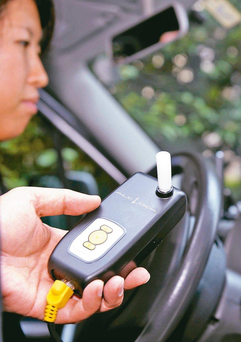 酒精鎖新制3月1日實施,酒駕致人重傷死亡或5年內二度酒駕累犯,駕駛經吊照、重新考領後,必須強制加裝酒精鎖才能上路。(法新社)