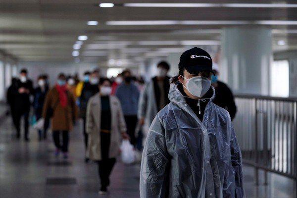 受疫情影響,大陸民眾出門習慣都戴上口罩。 (路透)
