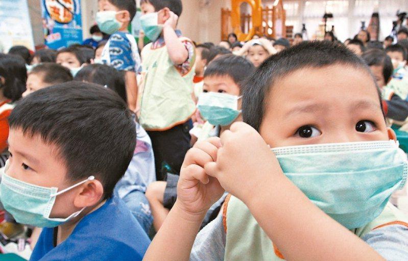 教育部將配645萬片口罩給學校,教職員生每人一片。但只給校內出現發燒、咳嗽、喉嚨痛等緊急狀況者配戴。 圖/聯合報系資料照片