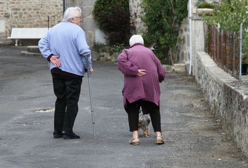 當父母逐漸老去,誰該扛起照顧責任? 圖/pixabay