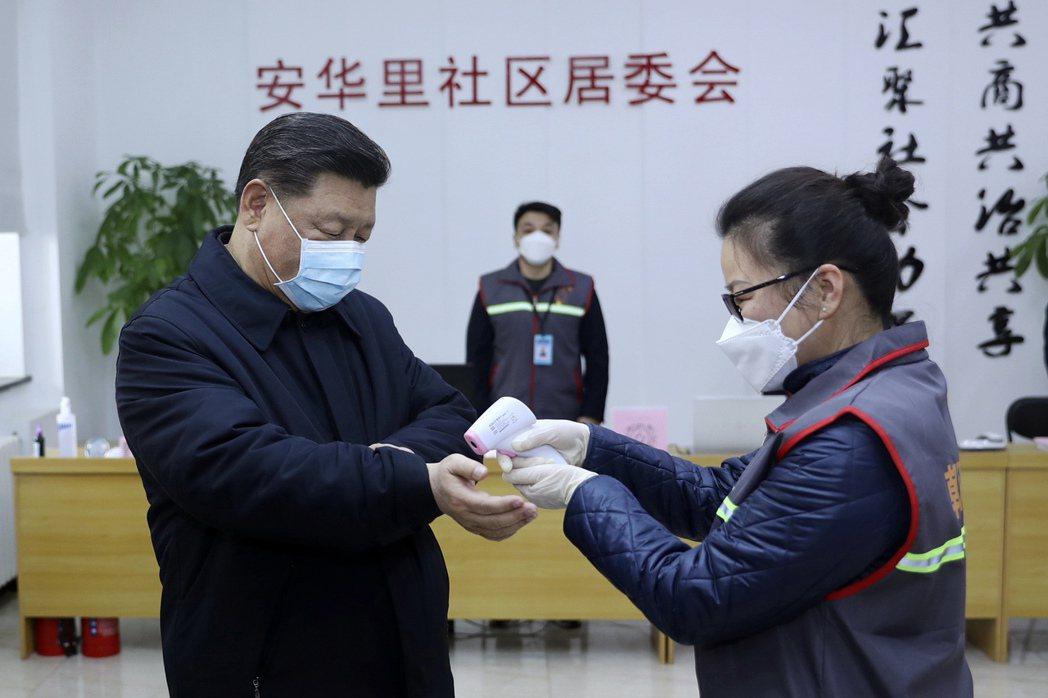 中國大陸國家主席習近平戴口罩視察新冠肺炎防疫工作。(美聯社)