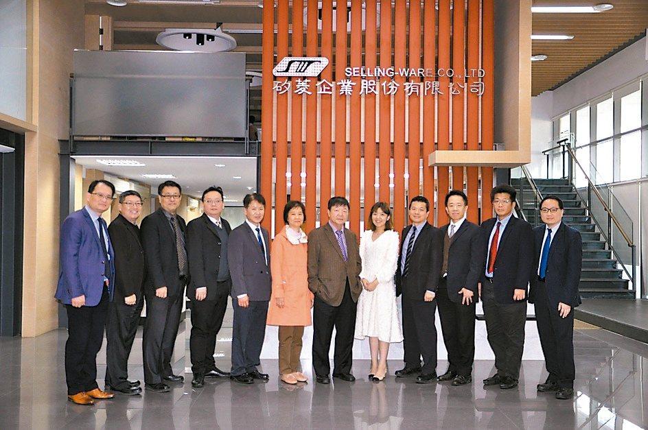 矽菱企業董事長范文穎(左七)表示,矽菱業務與技術服務團隊,為業界實力強勁的菁英部...