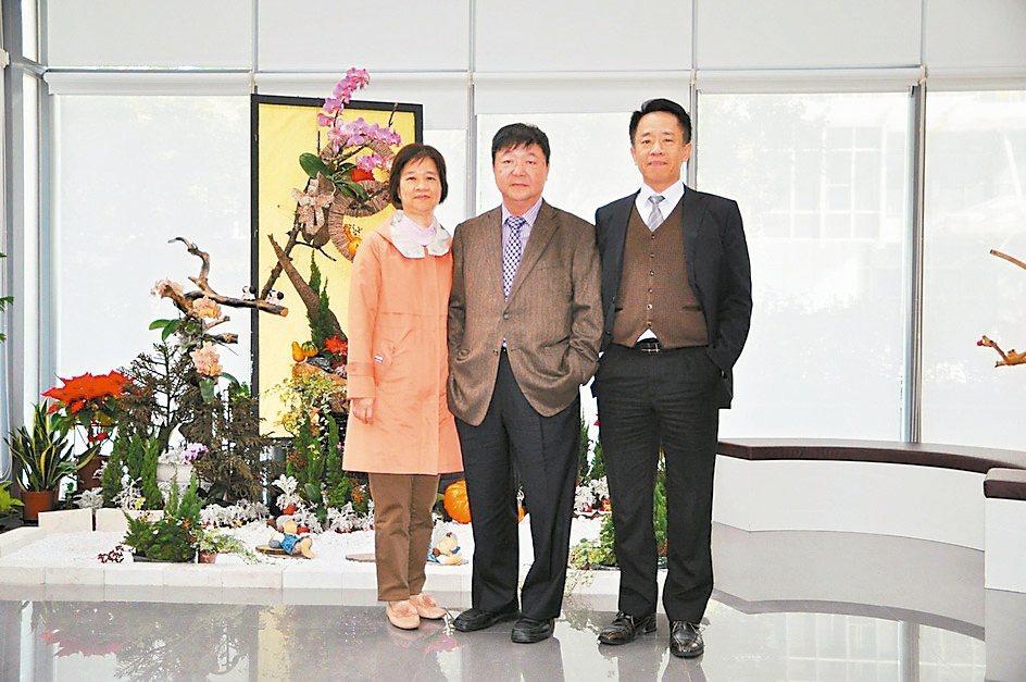 董事長范文穎(中)、協理李憶姑(左)及王敏能3人,30年前催生矽菱企業成立。 圖...