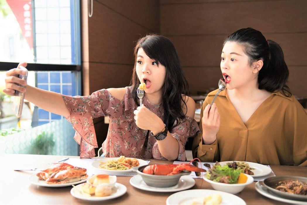 趁女神節邀閨密一同用餐,自拍分享大啖美食。  台南大飯店 提供