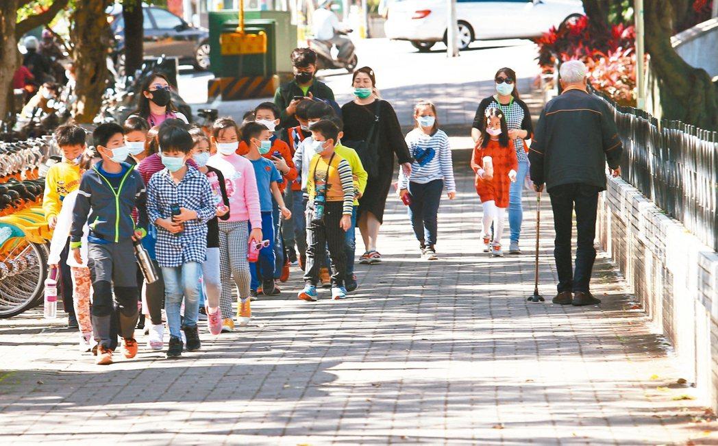 行政院長蘇貞昌昨天說,開學後由教育部供給口罩給高中以下學校。教育部今天說,不是每...