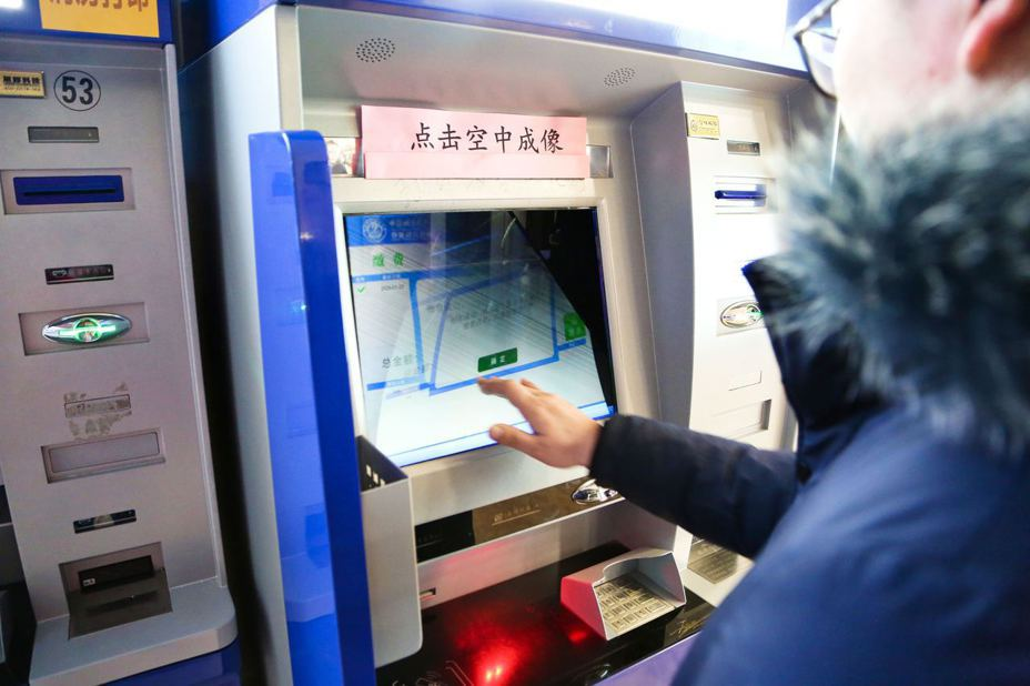 1月23日,中國科學技術大學附屬第一醫院(安徽省立醫院)信息、門診部等部門聯合專業技術團隊,改裝出無接觸式多功能自助終端設備。(中新社)
