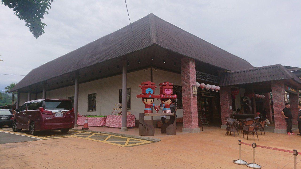 苗栗縣卓蘭鎮江記永安喜餅旗艦店就在台3線旁,人氣強強滾。 攝影/記者范榮達