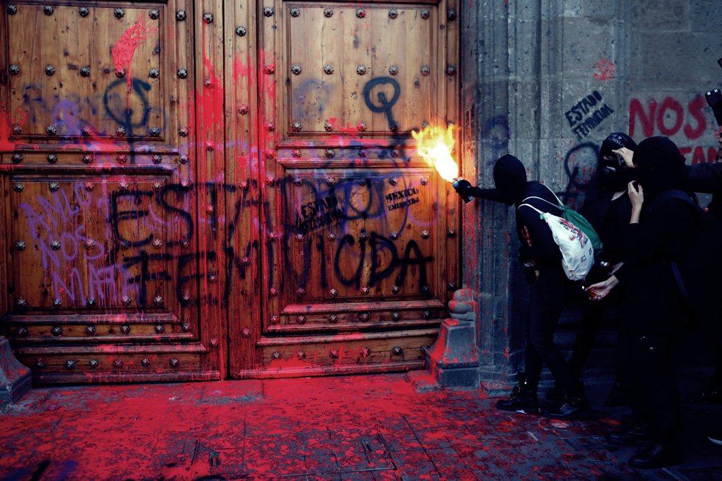 墨西哥總統府的大門上,被噴上了「殺女之國」的大字。 圖/美聯社
