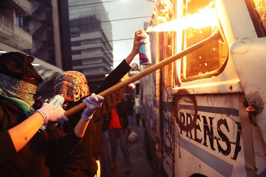 警察不顧死者尊嚴、遺族情緒的非法外洩,引發墨西哥社會發出怒吼,嚇壞了墨西哥的媒體...
