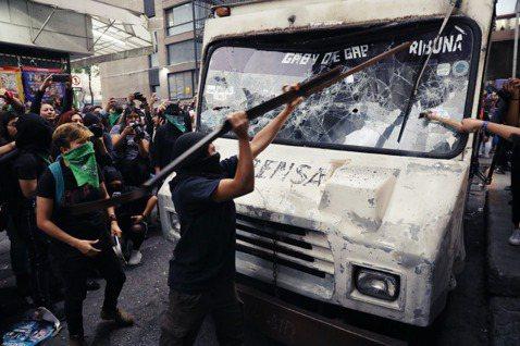 毫無遮掩地將家暴死難者的殘缺遺體曝光,觸發了墨西哥社會對於「殺女」問題(femi...