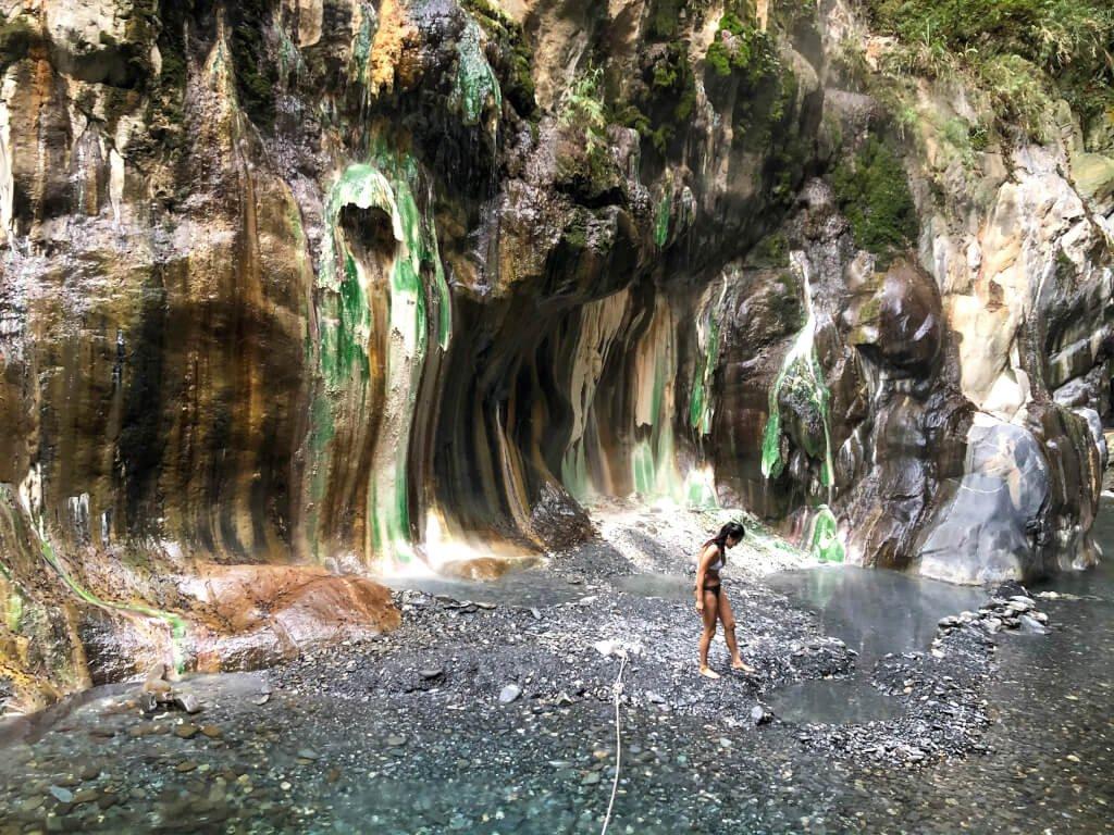 台東栗松野溪溫泉因獨特的自然景觀,吸引遊客造訪。 圖/作者自攝