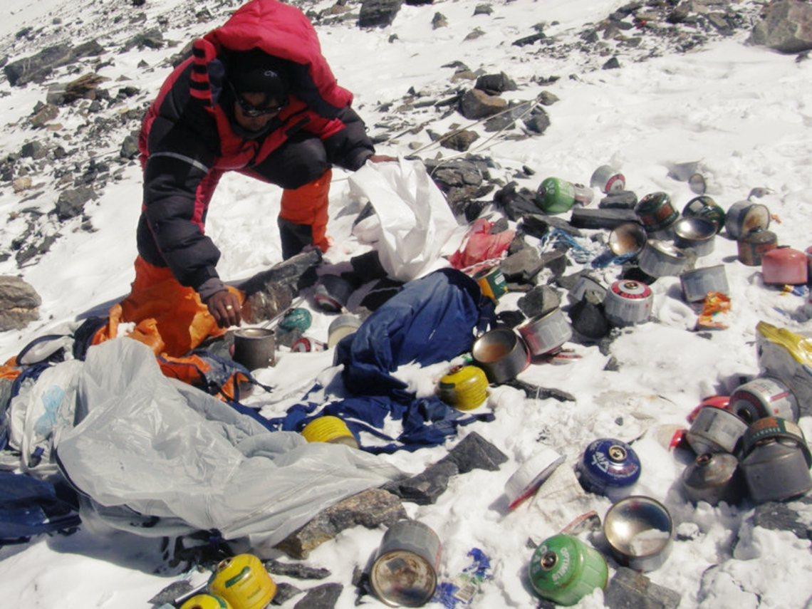 「(尼泊爾軍方)應該動員雪巴人,參與高海拔地區的垃圾大掃除行動」,並且「給予適度...