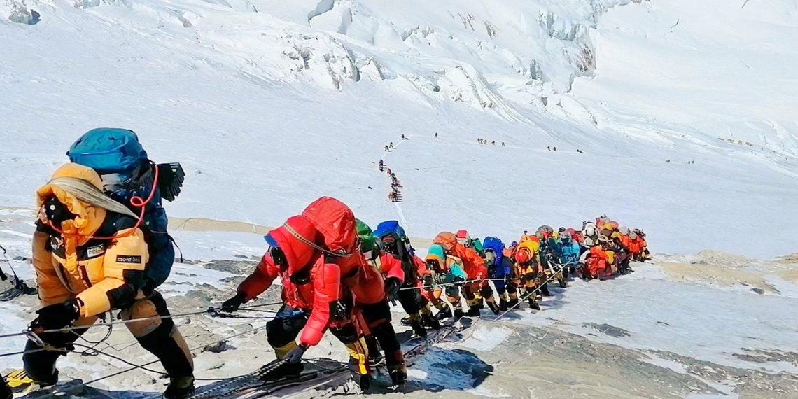 除了湧入挑戰攻頂聖母峰的登山客,不斷製造新一批垃圾,持續污染環境;氣候暖化導致冰...