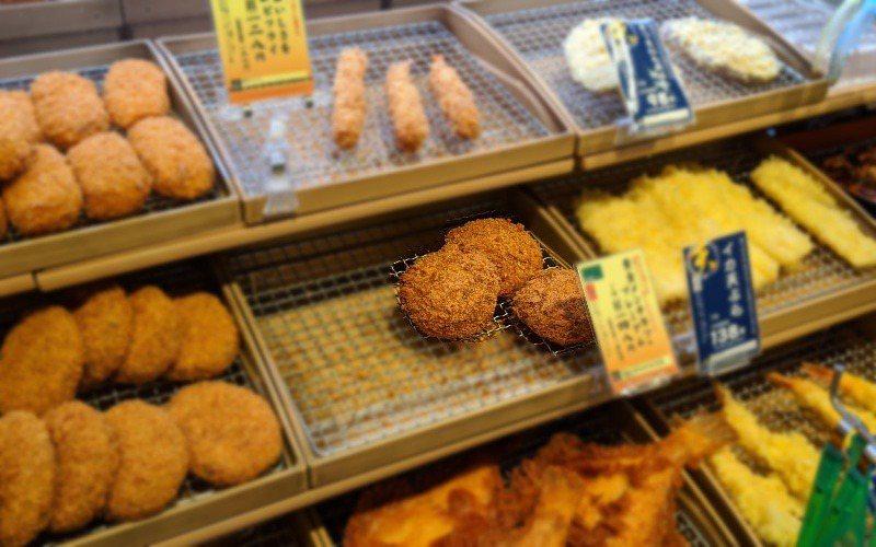 網友利用紅外線鏡頭,可以一秒看出超市熟食的溫度。圖取自/Twitter@kizuki_jpn