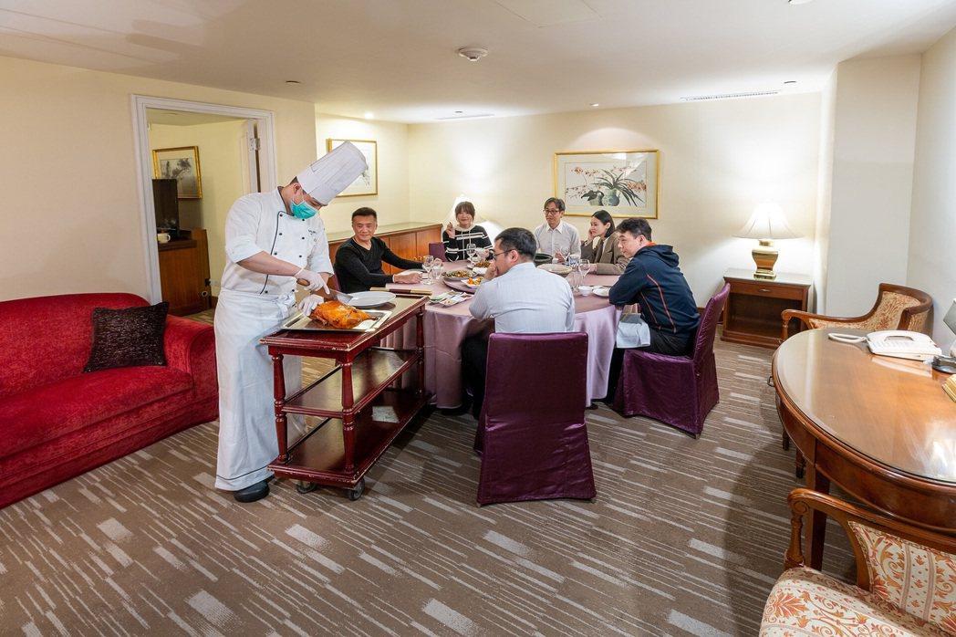 把漂亮餐桌搬進客房內,讓有疑慮的客人直接在包廂內輕鬆自在用餐。 華國大飯店/提供
