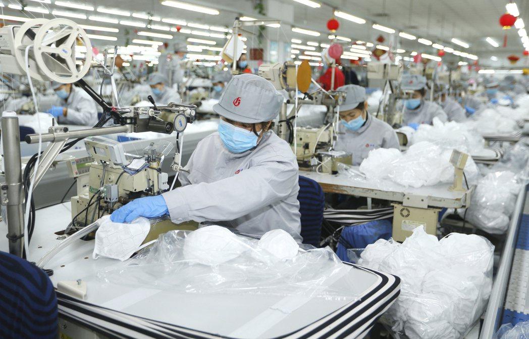 新冠肺炎疫情讓中國大陸許多原本要倒的工廠企業都活過來了。  美聯社
