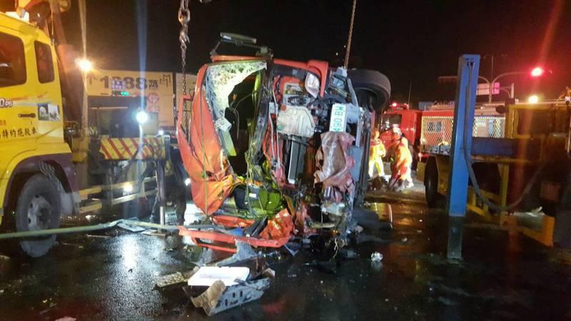 高市消防局鳳祥分隊前晚出勤時發生重大車禍,身受重傷的賴統生仍在醫院搶救中。記者徐白櫻/翻攝