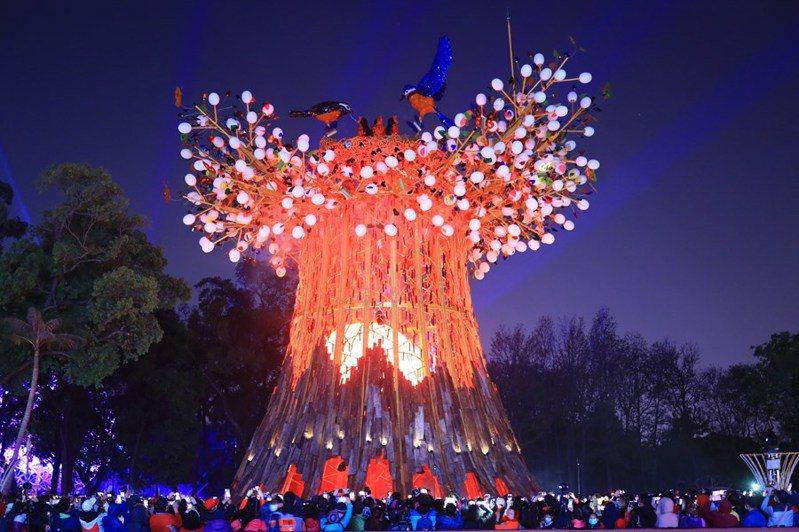 因應全台元宵燈節活用電,台電出動近2千人、舖設線路近3萬公尺,期盼點亮美麗夜晚光明,也為台灣防疫人員注入一股溫暖加油力量,圖為台灣燈會主燈「森生守護-光之樹」。 圖/台中市政府提供。