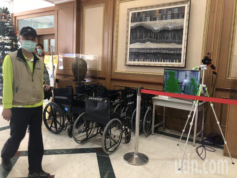 彰化員生醫院在門口設置熱顯像儀量體溫,監測進出民眾體溫。記者林敬家/攝影