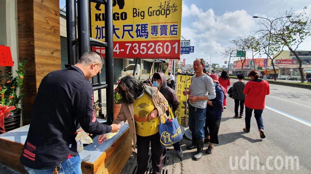 彰化市金馬路二段一家溫體牛肉喬遷開幕,老闆林各聲一口氣送出5千個N95口罩,民眾...