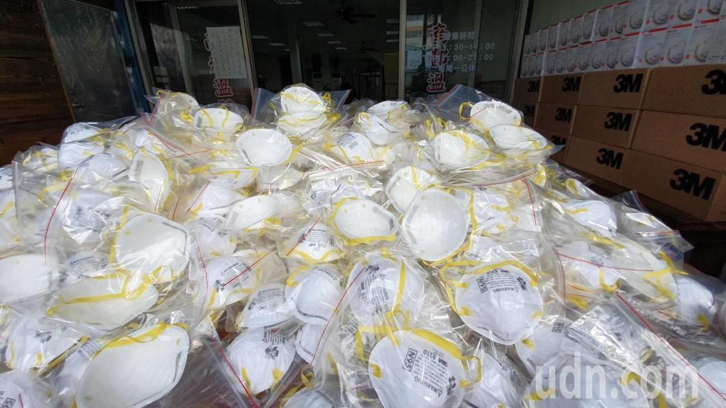 彰化市金馬路二段一家溫體牛肉喬遷開幕,老闆林各聲一口氣送出5千個N95口罩,堆得...