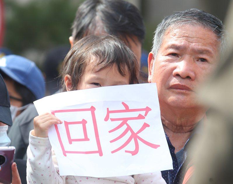 昨天武漢台胞親屬聚集在陸委會前高喊「我要回家」,家屬們表示台灣是他們的家,沒有人會拒絕自己家人回家。記者葉信菉/攝影