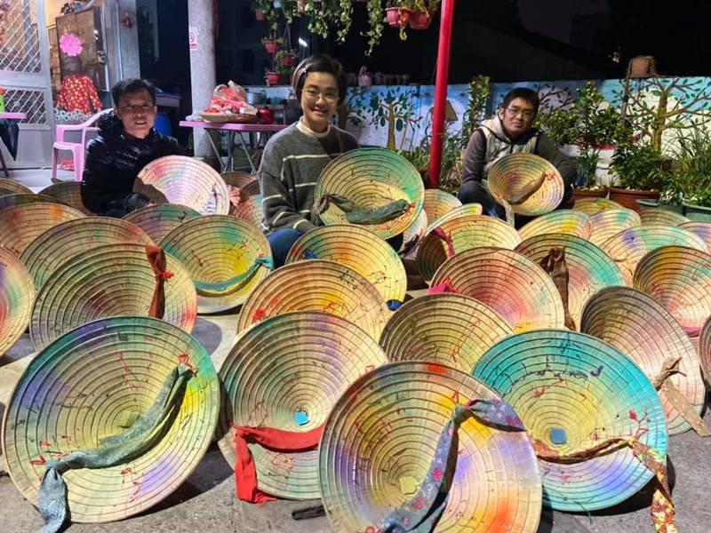 草草戲劇節中由東南亞新住民阮金紅負責的東南亞展區預計將以彩色越南斗笠為視覺意象,讓現場不僅好看、也好拍。圖/阮金紅提供