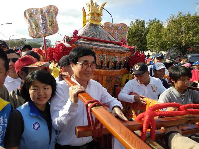 高雄市副市長李四川(前左二)代表高雄市政府參加大甲媽、五甲媽今天上午起駕遶境高雄祈福。圖/高雄市民政局提供