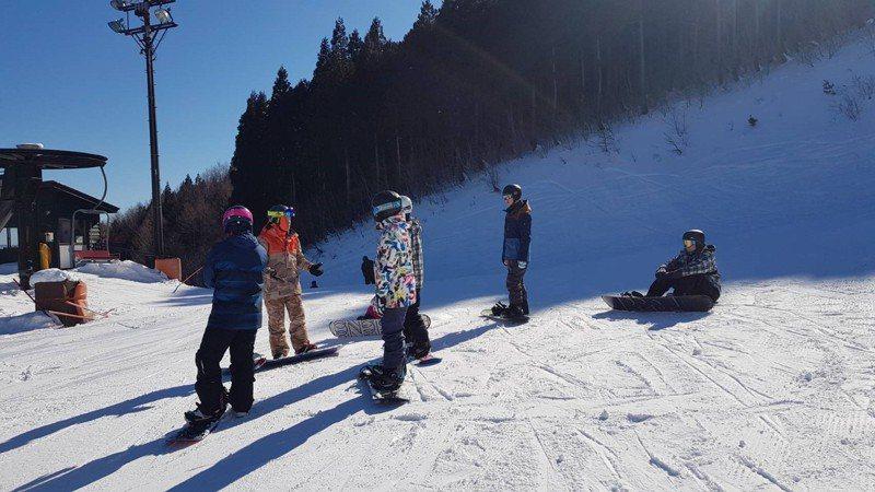 明新科大運管系與高豐運動網產學合作,帶領學生前往日本雪場實地體驗滑雪課。圖/明新科大提供