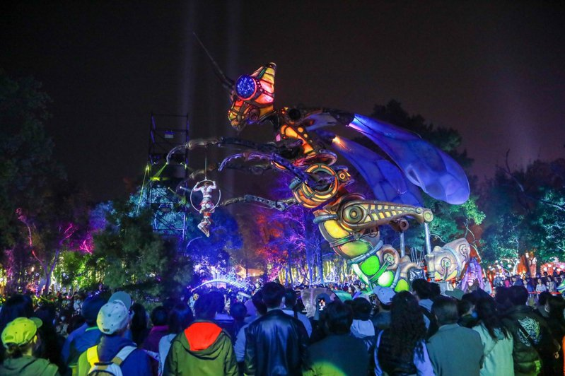 高達12公尺的超大型機械巨獸,白天是不動的大型機械藝術作品,晚上則與法國機械巨獸馬戲團互動展演,是歷屆燈會鮮見的科技與藝術融合的展演秀。圖/台中市政府提供