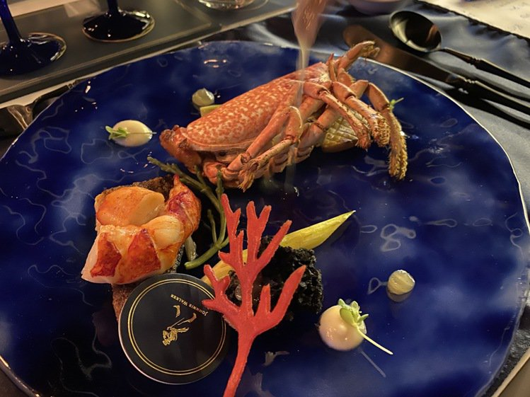 藍龍蝦上桌,以珍稀食材詮釋酒液可貴。記者羅建怡/攝影