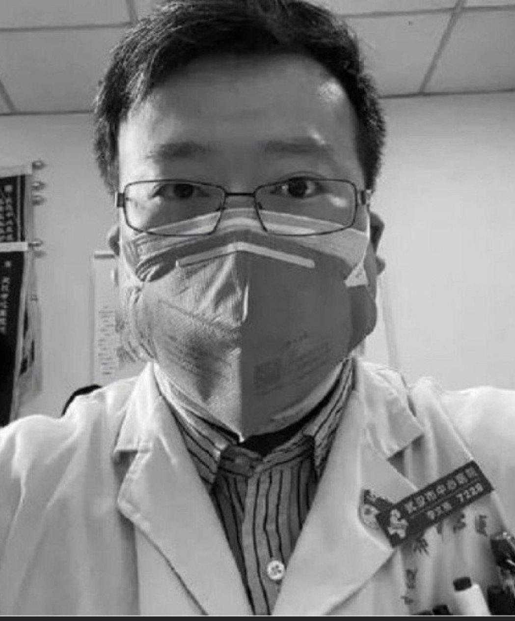 大陸吹哨者李文亮過世,台灣醫護人員注意到他生前的照片是戴著兩層口罩。圖/取自網路