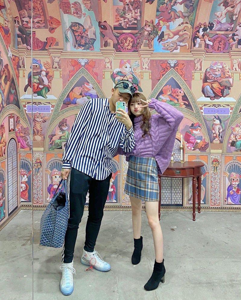 參觀情侶和「西斯貓教堂」壁畫場景合照。圖/聯合數位文創提供