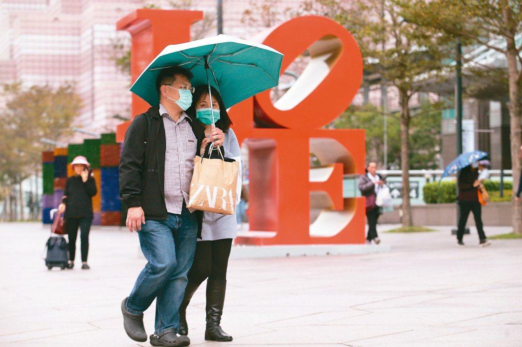 昨天是2月14日西洋情人節,而在新冠肺炎的陰影下,口罩成為情人間必備單品,愛侶們...